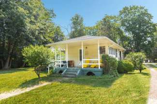 Shelter Island Close Proximity to Beach with Pool