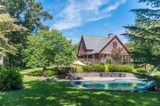 Spacious Shelter Island Traditional With Pool